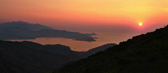 Z�pad slunce nad z�livem Rada di Portoferraio a Monte Capane (1019 m).