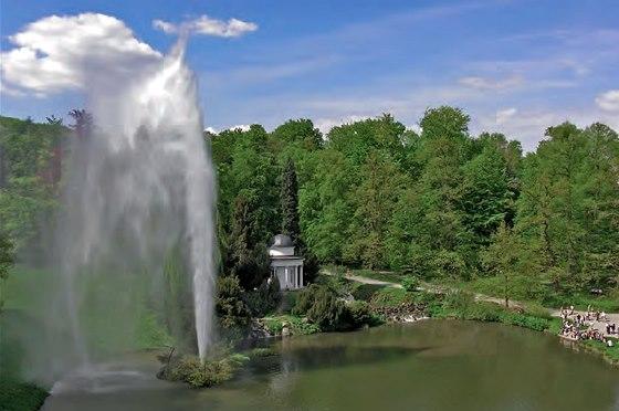 Kassel, Německo. Velká fontána a jezero
