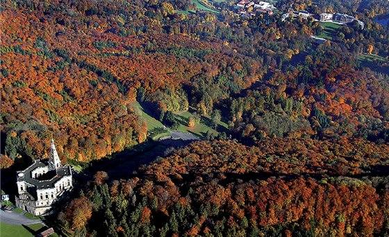 Kassel, Německo. Letecký pohled na zámecký park s Herkulovou sochou
