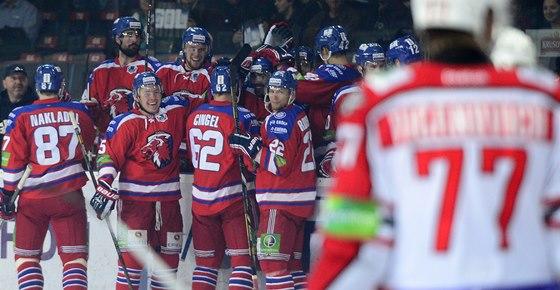 Hokejisté pražského Lva se radují z gólu proti Donbassu Doněck.