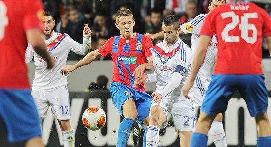 TEN, KTERÝ NAHRADIL HORVÁTHA. Plzeňský záložník Patrik Hrošovský (uprostřed vlevo) v souboji s Maximem Gonalonsem z Lyonu. Zápas proti Lyonu byl jedním z prvních.
