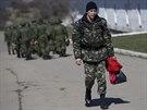 Ukrajinský voják opouští základnu Perevalnoje na Krymu (20. března 2014)