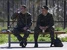 Ukrajinští vojáci před základnou Belbek na Krymu (20. března 2014)