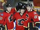 DOBŘE, JÍŘÍ. Spoluhráči z Calgary Matt Stajan (vlevo) a Tyler Wotherspoon