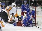 Branku hokejistů New York Rangers se pokouší dobýt Jakub Voráček z Philadelphie.