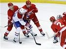 PROTI P�ESILE. Thomas Vanek z Montrealu mezi protihr��i z Detroitu. Vlevo je