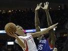 Jeremy Lin z Houstonu zakon�uje, fauluje ho Henry Sims z Philadelphie.
