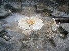 Archeologové společně s pyrotechniky odkrývají na předpolí lomu Bílina jedno z...