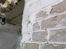 V detailu. Omítka opadává ze stěn kvůli vlhkosti.