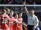 VYLOUČENÍ. Rozhodčí Andre Marriner hru rukou podle očekávání potrestal červenou...