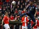 POSPĚCH V OHROŽENÍ. Jerome Boateng z Bayernu Mnichov se výskoku snaží odehrát...