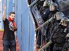 Prostor mezi sektory fanou�k� Sparty a Ostravy hl�dal kordon policist�.