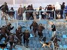 Proti řádícím hordám byli policisté až do příchodu posil v oslabení.