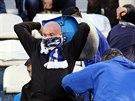 Výtržníci na Bazalech vytrhávali sedačky a házeli je po policistech.