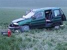 Peugot padesátileté řidičky skončil po kotrmelcích na poli.