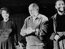 Takhle se Bohumil Hrabal klaněl s herci Divadla na provázku v roce 1985 při...