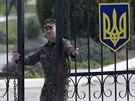 Opuštění ukrajinských jednotek vojenských základen na Krymu předcházelo několikatýdenní obklíčení ruskými vojsky. Když krymský parlament před dvěma týdny jednostranně vyhlásil nezávislost a zažádal o připojení k Rusku, separatisté upozornili, že ukrajinské jednotky na Krymu budou považovány za nepřátelské.
