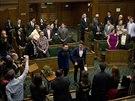 V Anglii a Walesu se v sobotu uskutečnily vůbec první sňatky homosexuálů (29....
