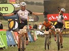 Biker Christoph Sauser (v �ele) se sv�m kolegou Franti�kem Rabon�m vyhr�li 3.