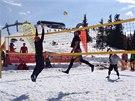 I na sněhu se dá skákat pěkně vysoko, Martin Lébl v akci (vpravo u sítě).