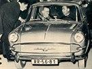 Na obálce časopisu Svět motorů z roku 1964 se ve Škodě 1000 MB objevil i Leonid...