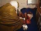 Ženská obřízka je nejrozšířenější v Africe. Na fotografii je prováděna dívce v...