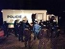 Policisté zadržují fotbalové bitkaře (28. března 2014).