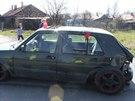 Vůz Volkswagen Golf, do kterého v obci Horní Suchá na Karvinsku zezadu naboural...