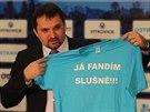 Náměstek ostravského primátora Martin Štěpánek ukazuje nové triko pro fanoušky...