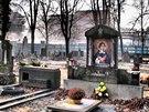 PONIČENÁ PIETA. Leden 2012: Mariánskohorský hřbitov po plenění vandalů.
