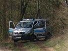 Hasiči nakládají ukradené bagry, které vyšetřovatelé objevili ukryté v lese u...