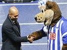 Pep Guardiola, trenér Bayernu Mnichov, přijímá gratulace od maskota Herthy...