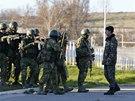 Ukrajinský voják jedná na základě v Belbeku s ruskými ozbrojenci. (22. března