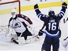RUCE NAHOŘE. Andrew Ladd z Winnipegu slaví svůj gól, brankář Colorada Reto
