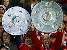 VÍTĚZNÁ TROFEJ. Fanoušci Bayernu Mnichov měli už úpřed zápasem jasno: německý