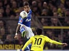 VE VÝSKOKU. Kevin-Prince Boateng ze Schalke zpracovává míč, sleduje ho Henrich