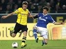 SOUBOJ. Leon Goretzka ze Schalke (vpravo) brání Erika Durma z Dortmundu.