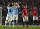 PO GÓLU. Samir Nasri a Edin Džeko z Manchesteru City se hecují, jejich rivalové