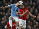 HLAVY V SOBĚ. Edin Džeko z Manchesteru City a Michael Carrick z Manchesteru