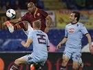 Maicon z AS Řím si zpracovává míč v souboji se dvěma hráči FC Turín.