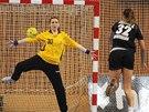 Česká brankářka Dominika Müllnerová čelí sedmičce v utkání proti Černé Hoře.