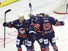 Hokejisté Chomutova se raduje z gólu proti Kladnu.