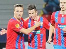 Plzeňský útočník Stanislav Tecl (vlevo) přijímá gratulaci od Milana Petržely ke...