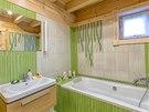 Koupelnu si nechali man�el� oblo�it keramick�mi obklady ve vesel� zelen� barv�.