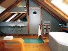 Koupelnu charakterizuje kombinace d�eva, �ed� betonov� st�rky a tyrkysov�