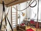 Vysok� stropy dovolily p�esunout span� do patra. Prostor pod postel� slou��