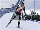 Francouzsk� biatlonista Martin Fourcade p�ed dojezdem do c�le masov�ho z�vodu v...