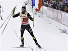 Francouzsk� biatlonista Martin Fourcade proj�d� v�t�zn� c�lem z�vodu s masov�m...