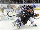 Mike Halmo (vpravo) z New York Islanders při srážce s Markem Letestuem z...
