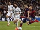 Barcelonský Andres Iniesta napřahuje ke střele, která jeho tým poslala v duelu...